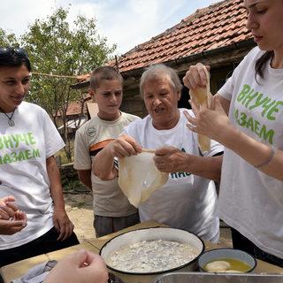 """Вероника Йосифова (вдясно) е авторът на инициативата """"Приеми ме на село"""" и най-много държи да се научи да прави """"дърпана"""" баница"""